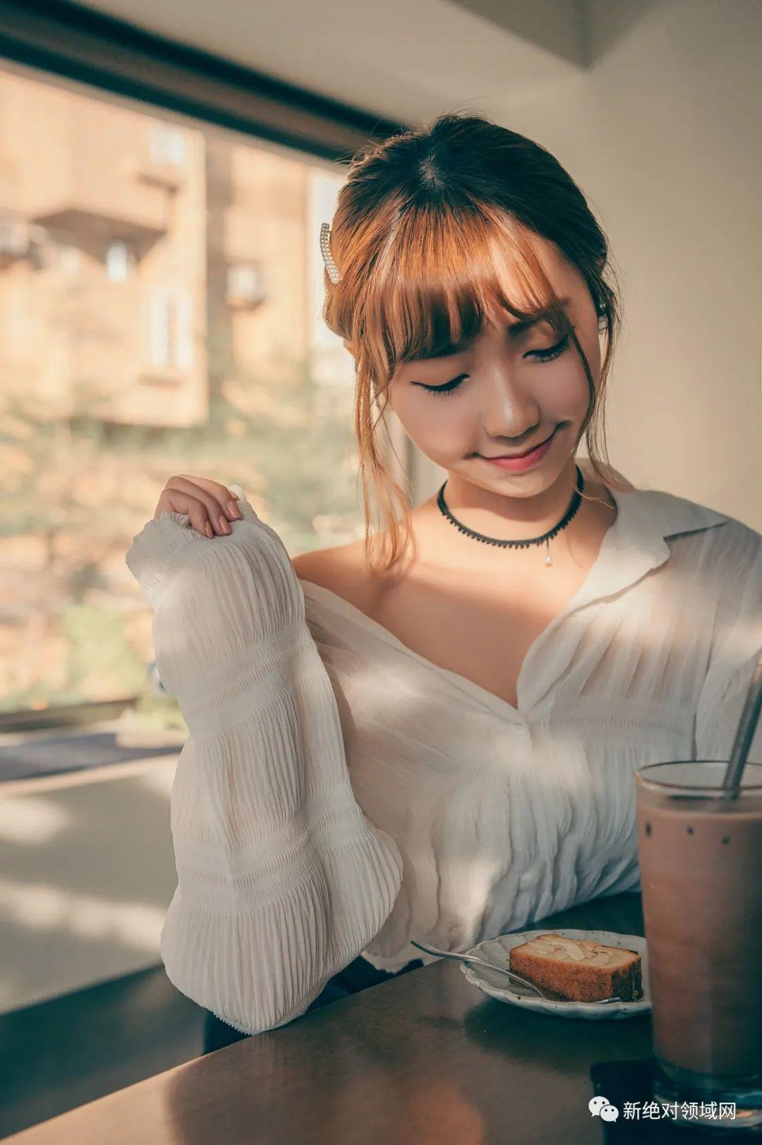 妹子摄影 – 半露的香肩,OL裙黑丝,性感的味道_图片 No.1