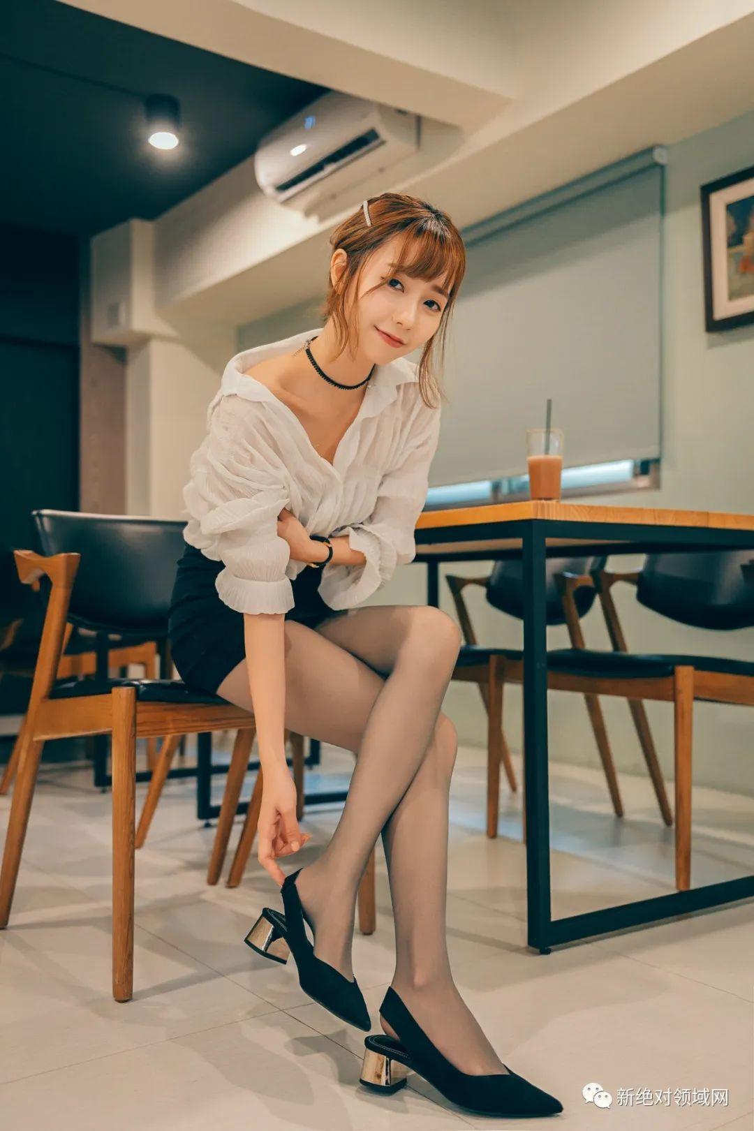 妹子摄影 – 半露的香肩,OL裙黑丝,性感的味道_图片 No.7