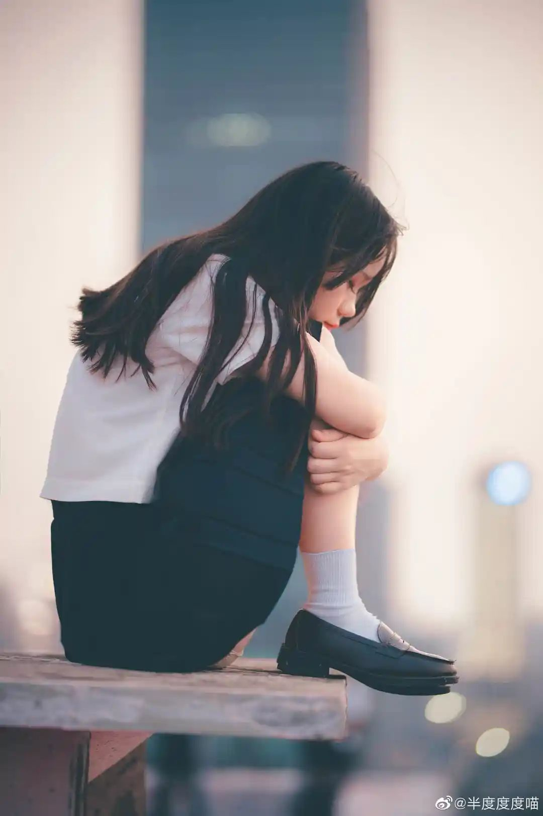 妹子摄影 – 元气JK制服少女,站在天台眺望高楼和朝阳_图片 No.1