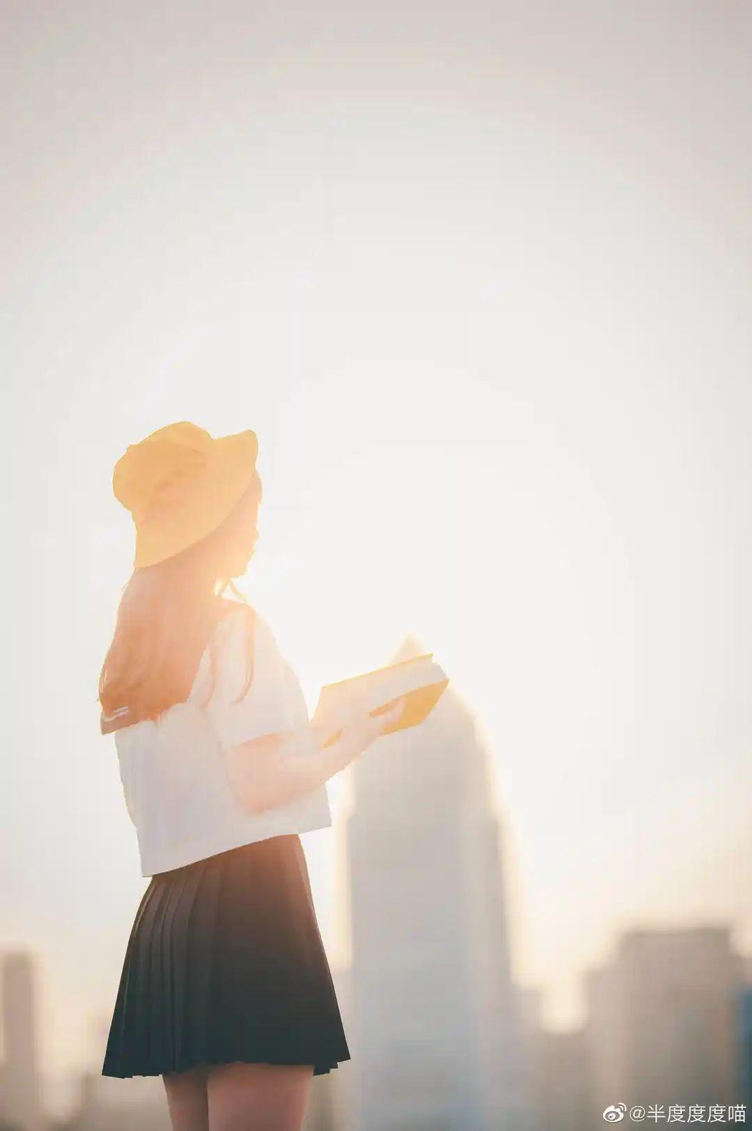 妹子摄影 – 元气JK制服少女,站在天台眺望高楼和朝阳_图片 No.5