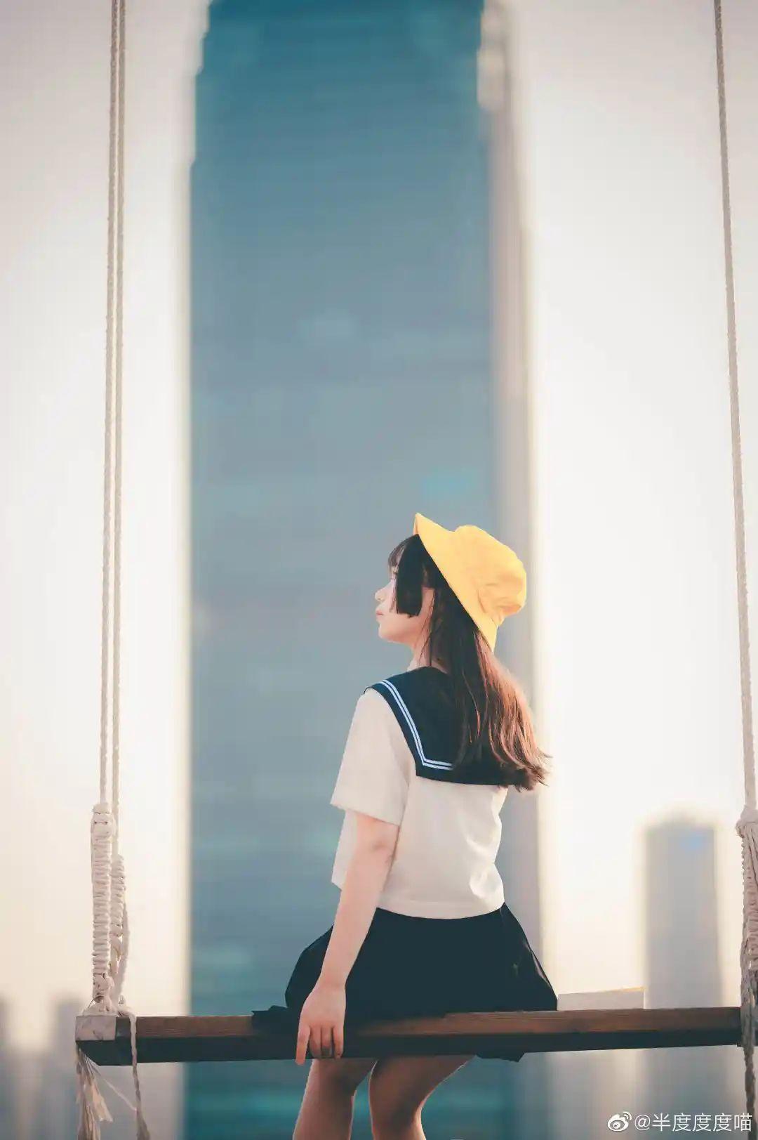 妹子摄影 – 元气JK制服少女,站在天台眺望高楼和朝阳_图片 No.6