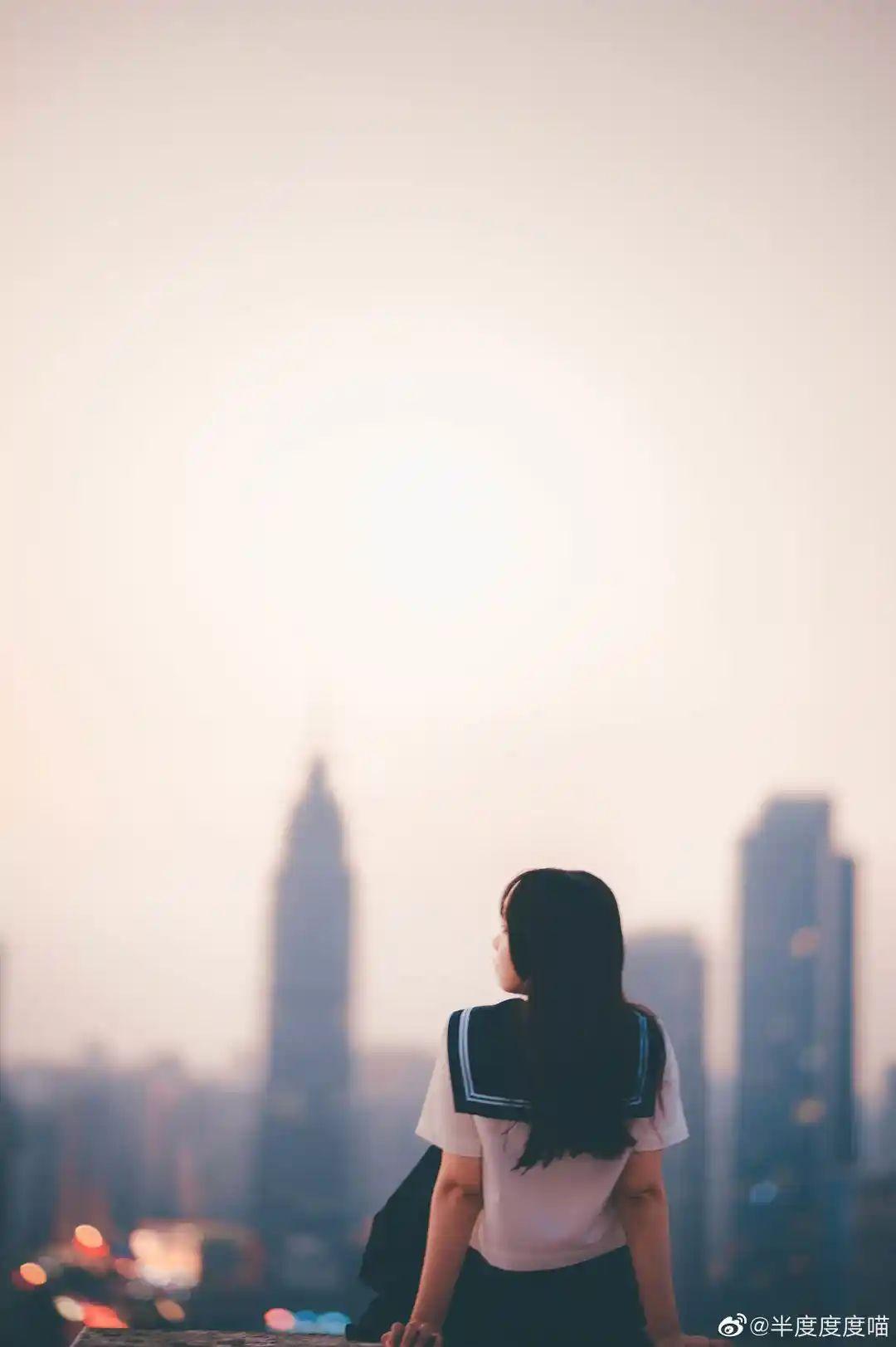 妹子摄影 – 元气JK制服少女,站在天台眺望高楼和朝阳_图片 No.7