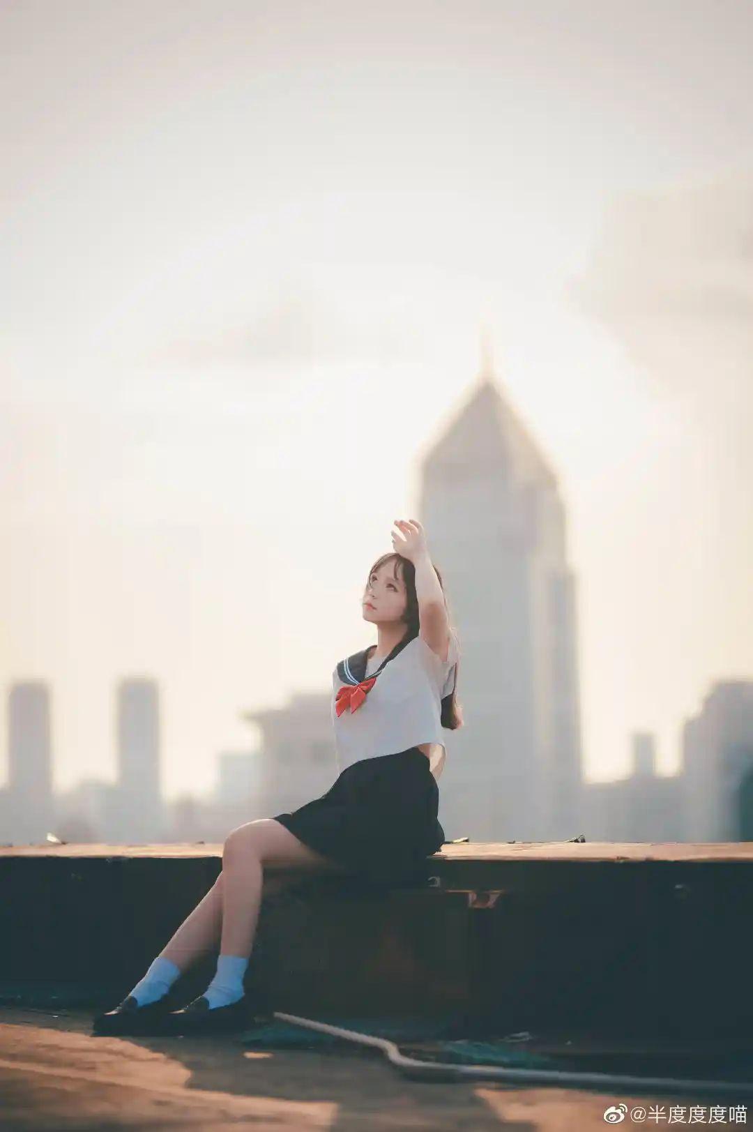 妹子摄影 – 元气JK制服少女,站在天台眺望高楼和朝阳_图片 No.8