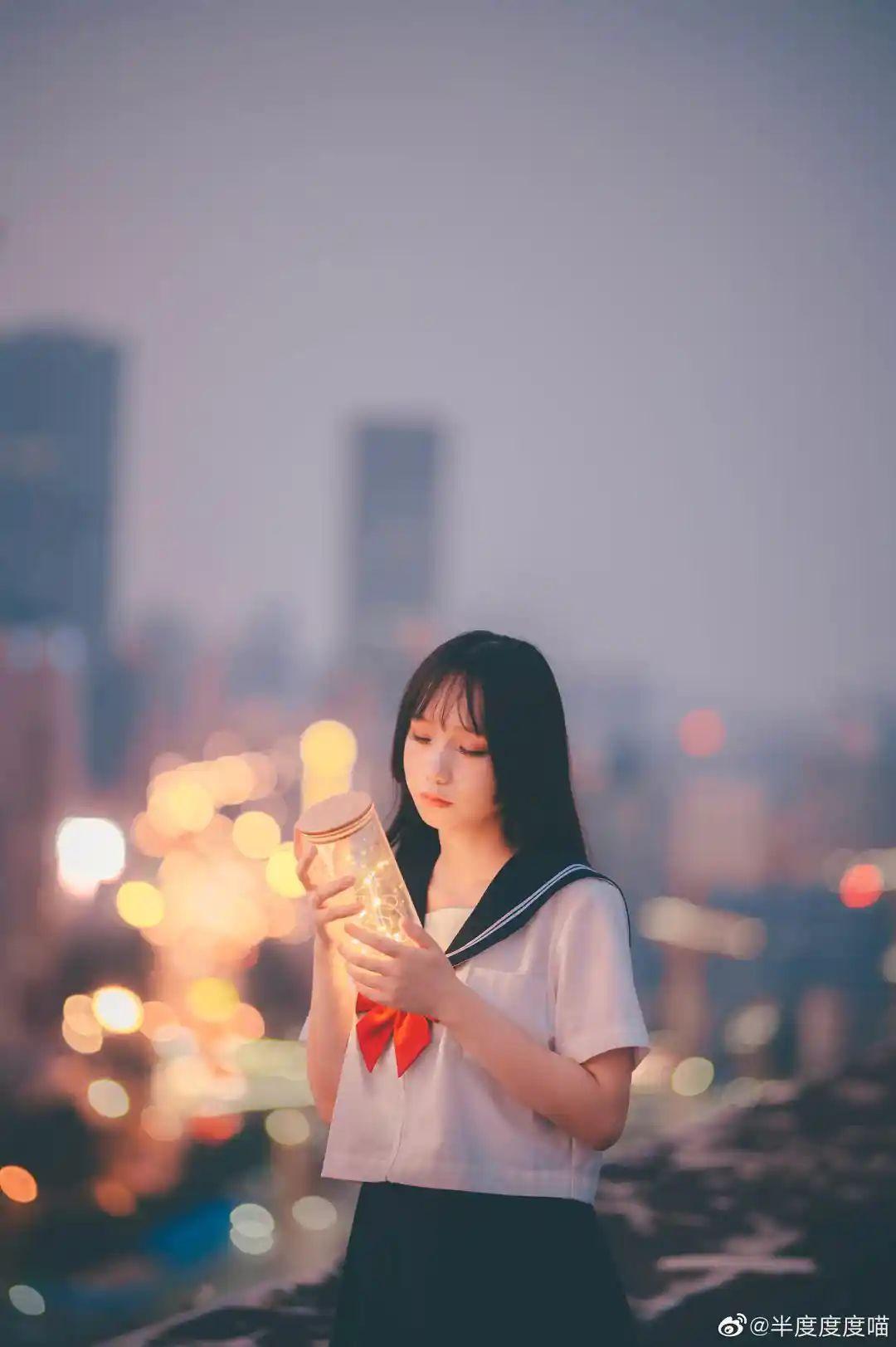 妹子摄影 – 元气JK制服少女,站在天台眺望高楼和朝阳_图片 No.9