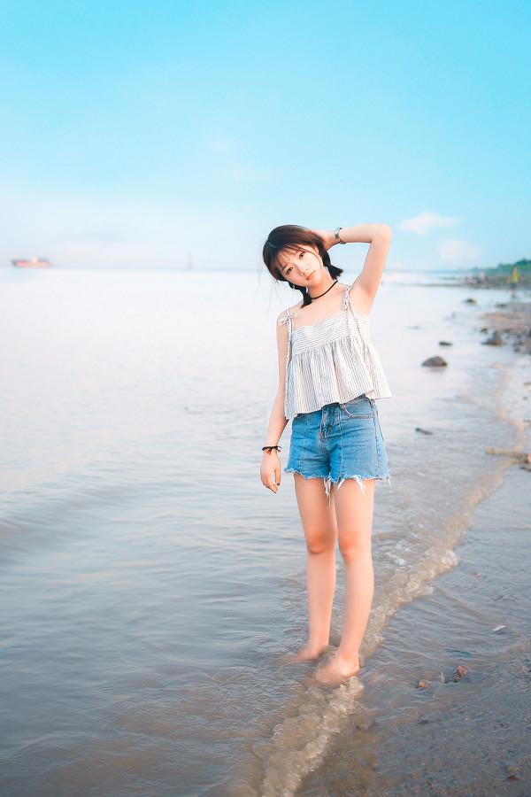 妹子摄影 – 牛仔短裤太阳帽,海边漫步的长腿美少女_图片 No.1
