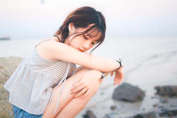 妹子摄影 – 牛仔短裤太阳帽,海边漫步的长腿美少女_图片 No.3