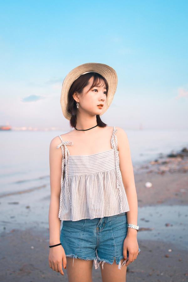 妹子摄影 – 牛仔短裤太阳帽,海边漫步的长腿美少女_图片 No.4