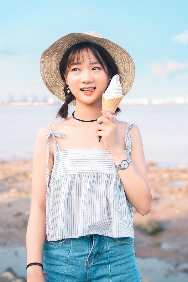 妹子摄影 – 牛仔短裤太阳帽,海边漫步的长腿美少女_图片 No.5