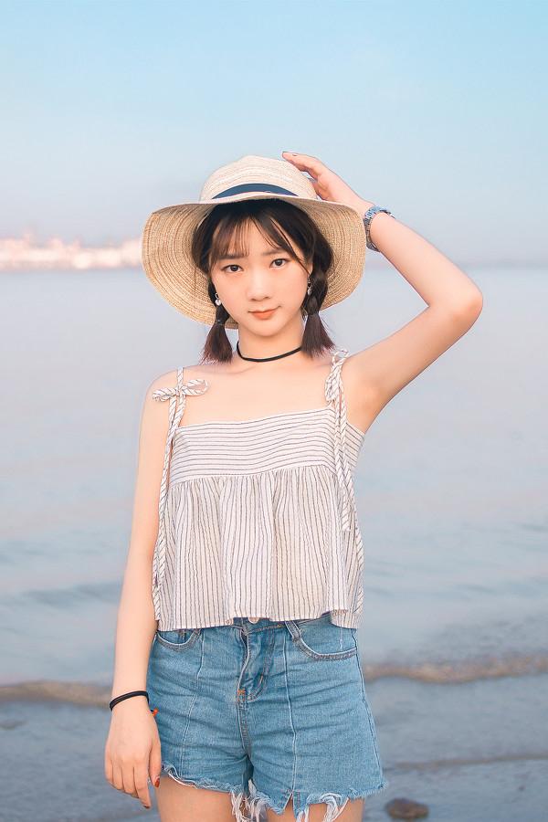 妹子摄影 – 牛仔短裤太阳帽,海边漫步的长腿美少女_图片 No.6