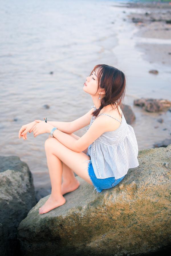 妹子摄影 – 牛仔短裤太阳帽,海边漫步的长腿美少女_图片 No.7