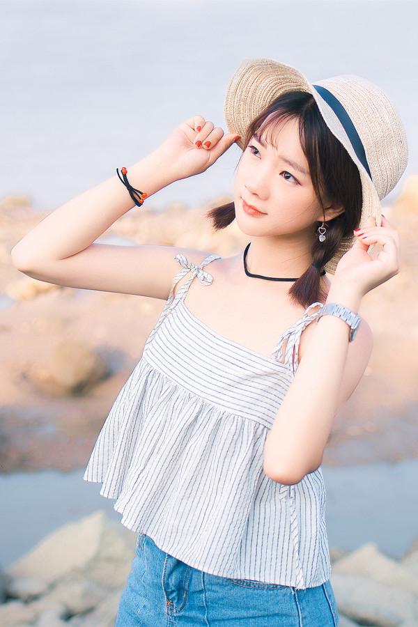 妹子摄影 – 牛仔短裤太阳帽,海边漫步的长腿美少女_图片 No.8