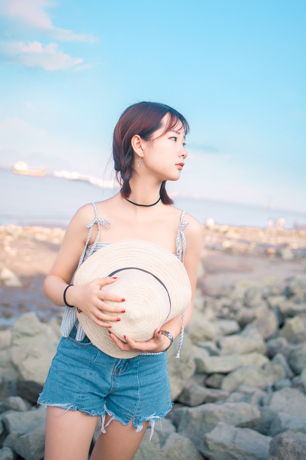 妹子摄影 – 牛仔短裤太阳帽,海边漫步的长腿美少女_图片 No.9