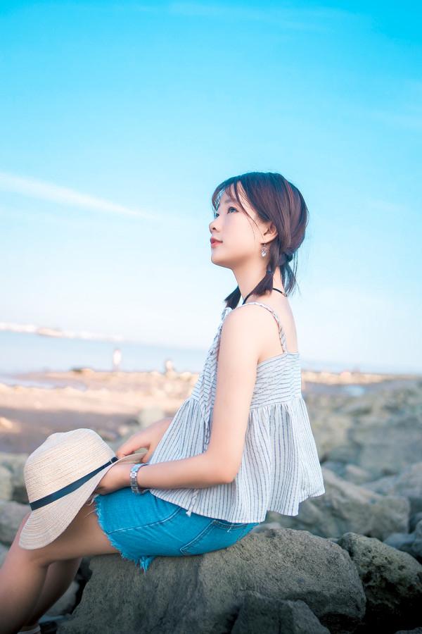 妹子摄影 – 牛仔短裤太阳帽,海边漫步的长腿美少女_图片 No.10