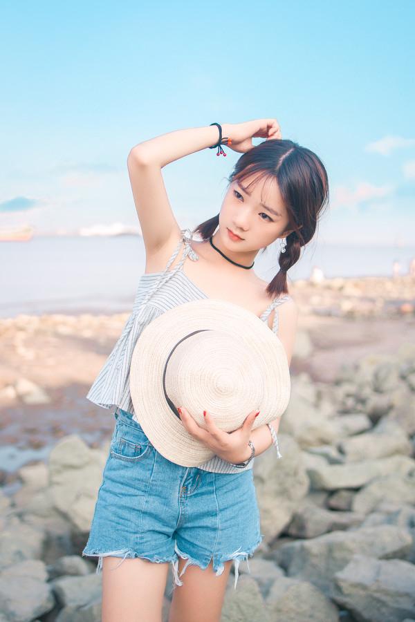 妹子摄影 – 牛仔短裤太阳帽,海边漫步的长腿美少女_图片 No.12