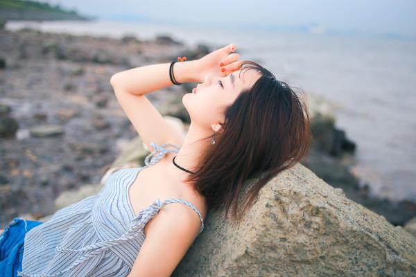 妹子摄影 – 牛仔短裤太阳帽,海边漫步的长腿美少女_图片 No.14