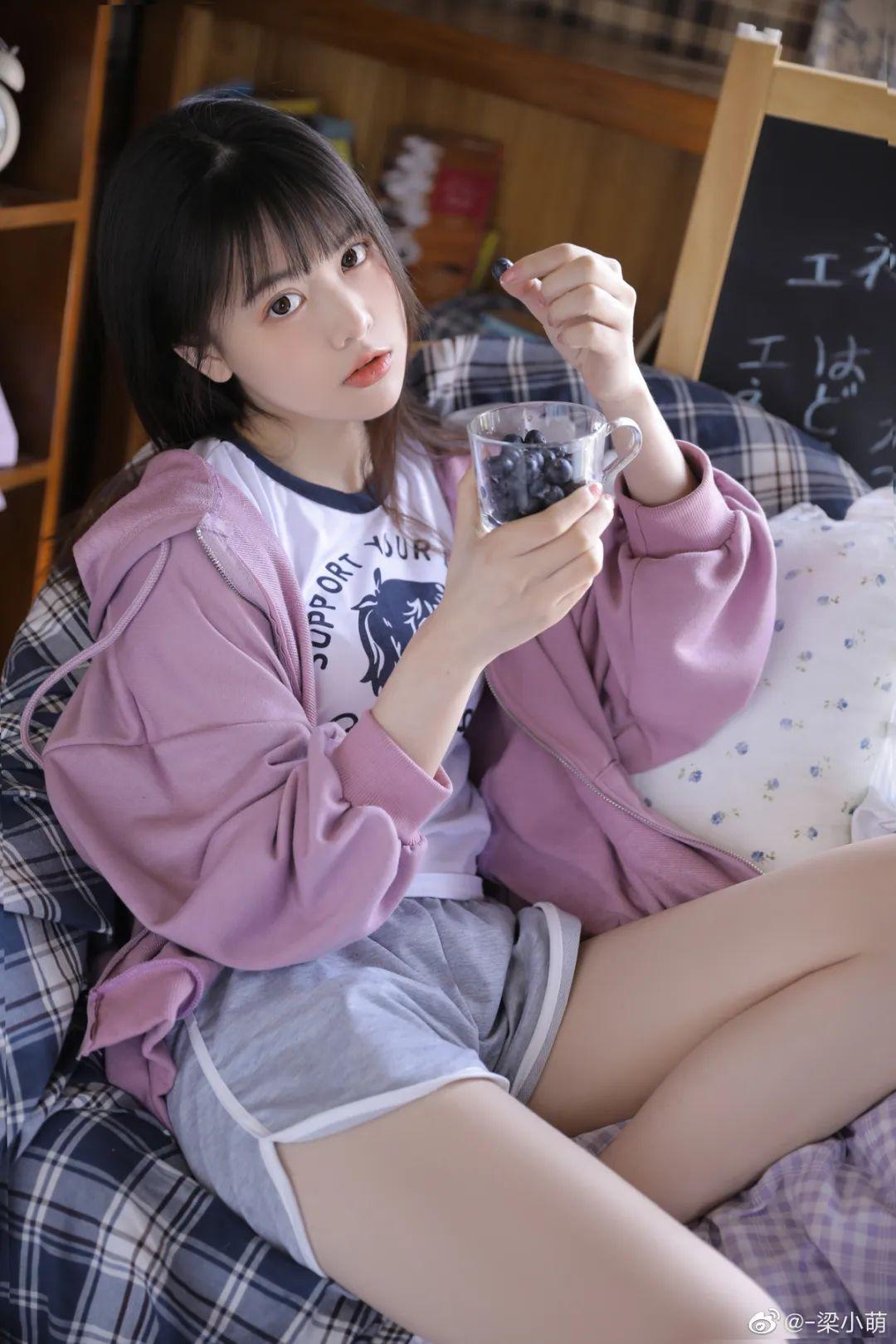 妹子摄影 – 带着娇嗔表情的丝袜美腿少女_图片 No.3