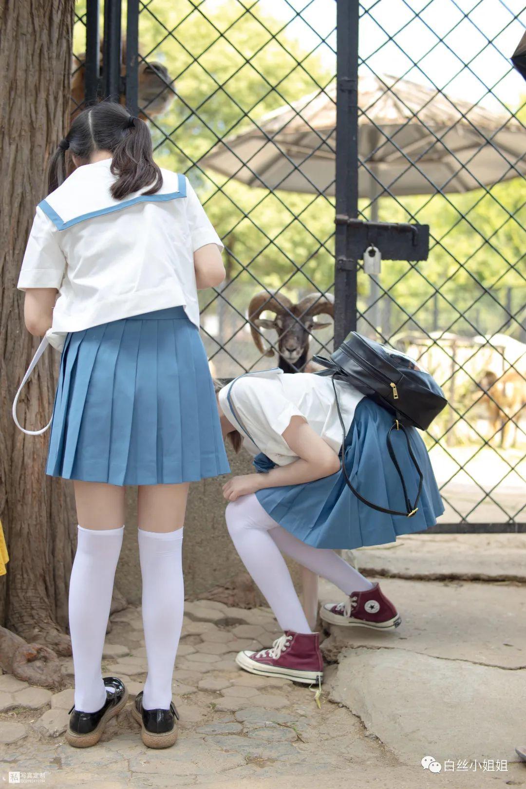妹子摄影 – 白丝袜JK制服萝莉成对出现,双倍快乐!_图片 No.9