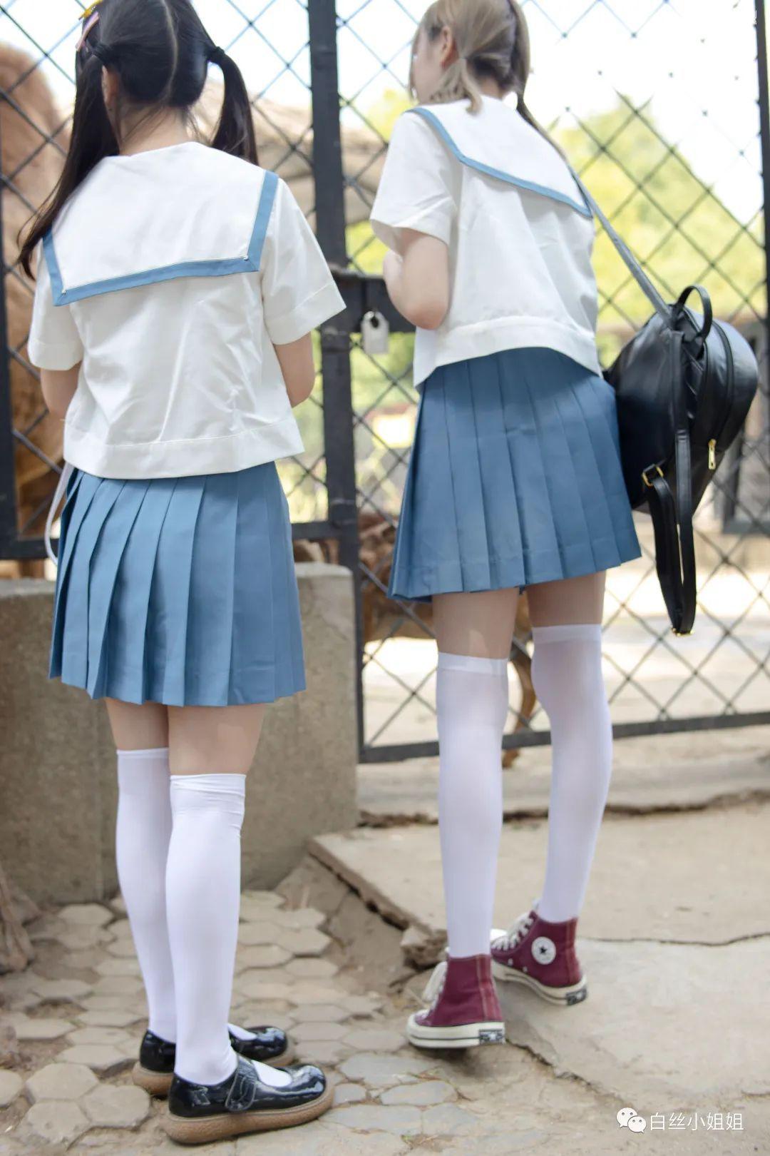 妹子摄影 – 白丝袜JK制服萝莉成对出现,双倍快乐!_图片 No.10