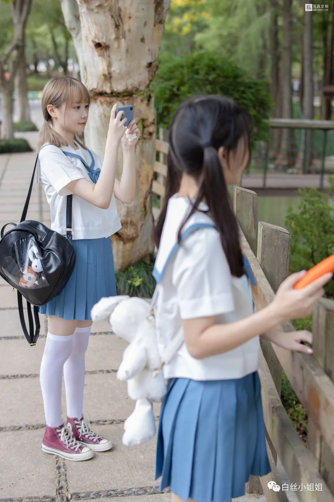 妹子摄影 – 白丝袜JK制服萝莉成对出现,双倍快乐!_图片 No.14