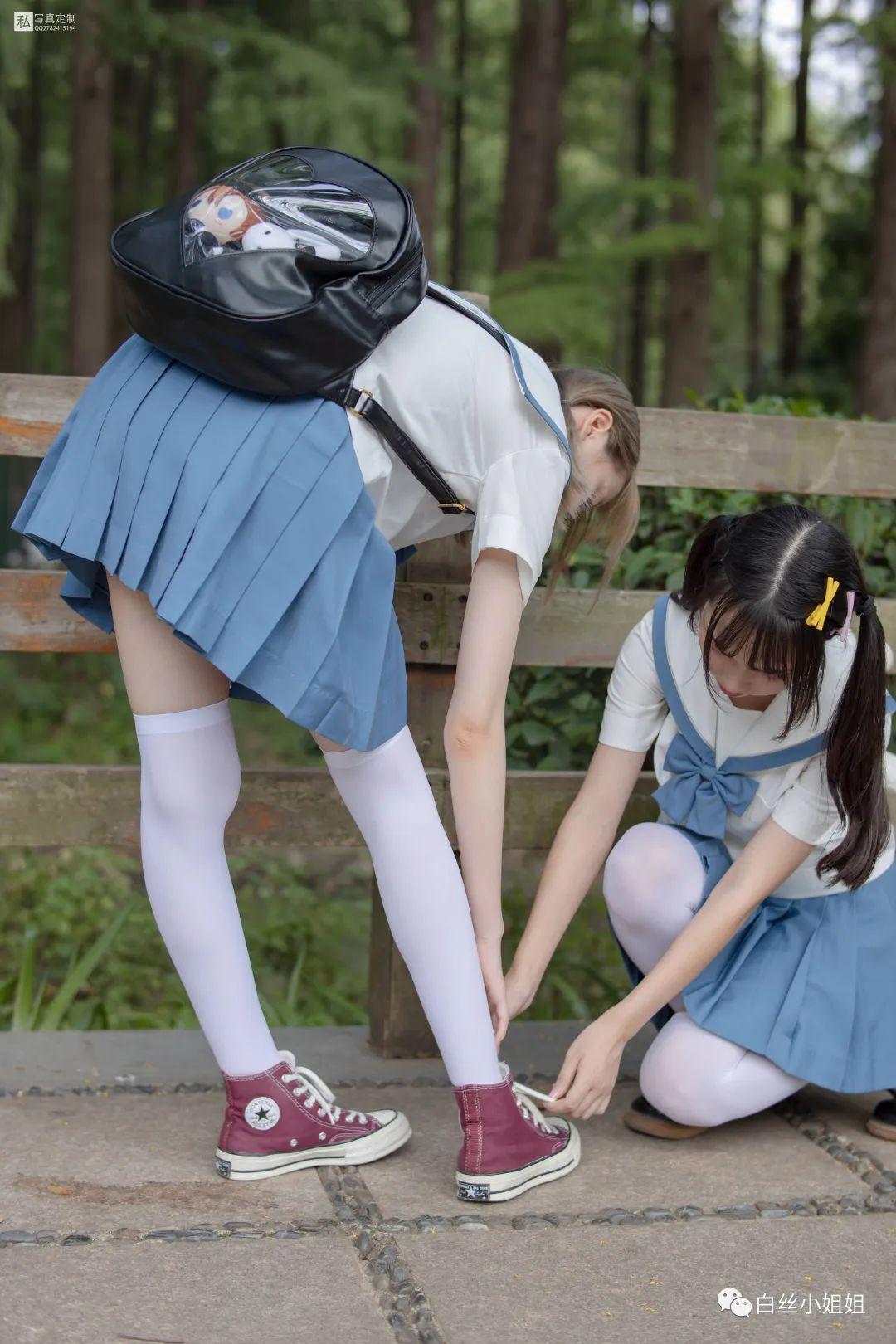 妹子摄影 – 白丝袜JK制服萝莉成对出现,双倍快乐!_图片 No.16