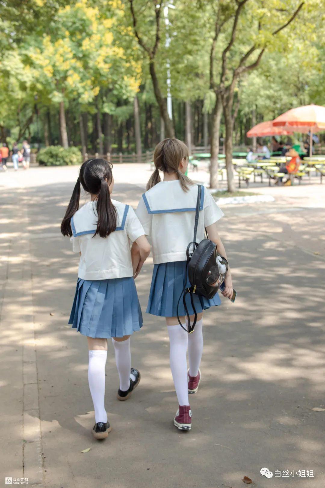 妹子摄影 – 白丝袜JK制服萝莉成对出现,双倍快乐!_图片 No.17