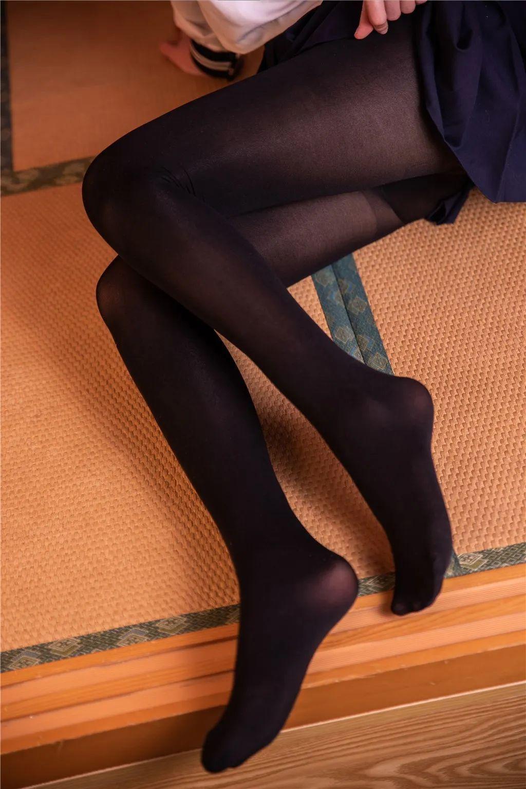 妹子摄影 – 黑白丝袜+裸足 少女女仆装_图片 No.1