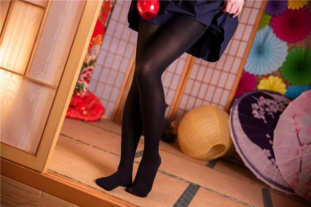 妹子摄影 – 黑白丝袜+裸足 少女女仆装_图片 No.4