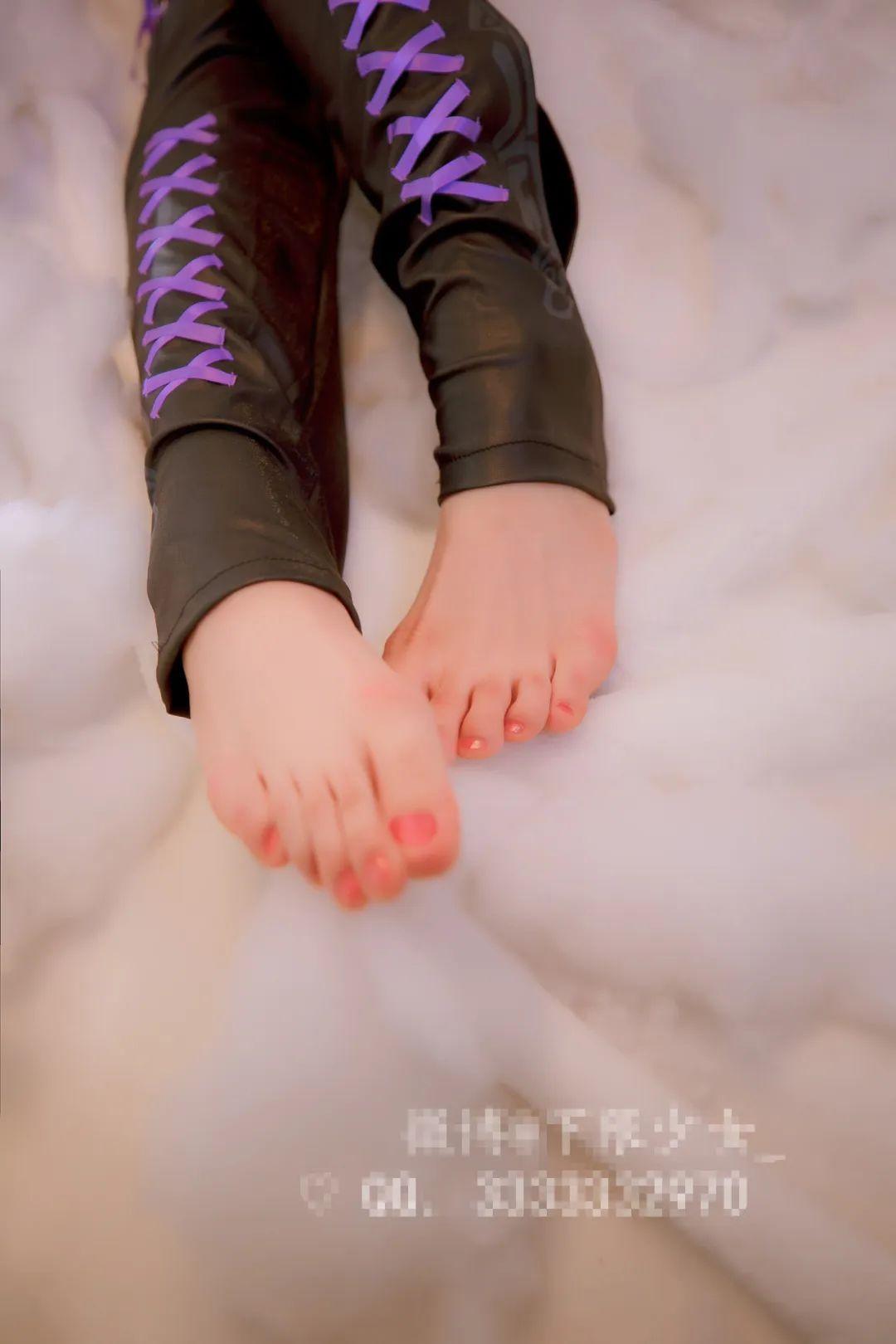 妹子摄影 – 黑白丝袜+裸足 少女女仆装_图片 No.13
