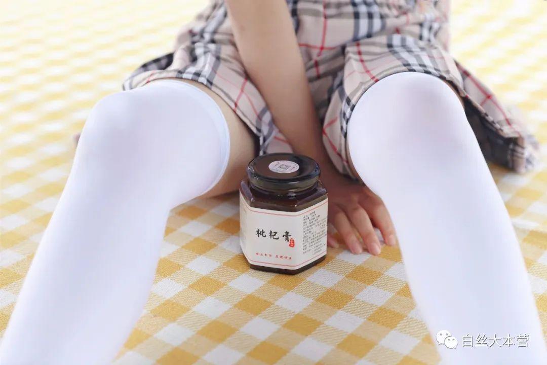 妹子摄影 – 白丝JK短裙少女与一串枇杷的故事_图片 No.1