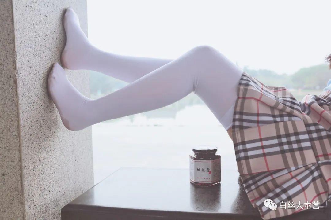 妹子摄影 – 白丝JK短裙少女与一串枇杷的故事_图片 No.2
