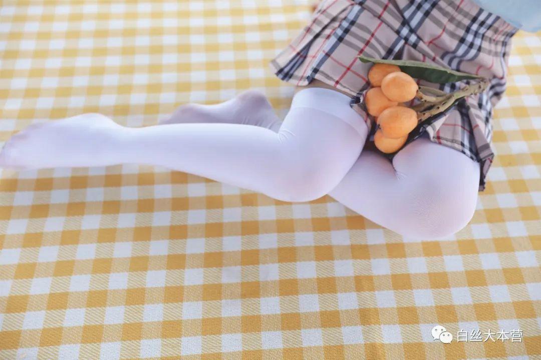 妹子摄影 – 白丝JK短裙少女与一串枇杷的故事_图片 No.4