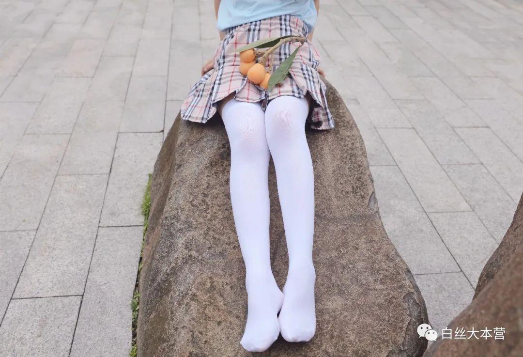 妹子摄影 – 白丝JK短裙少女与一串枇杷的故事_图片 No.6