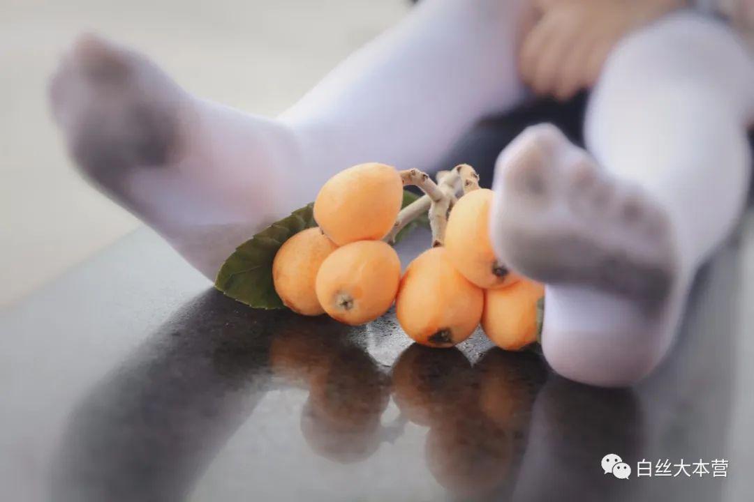 妹子摄影 – 白丝JK短裙少女与一串枇杷的故事_图片 No.9