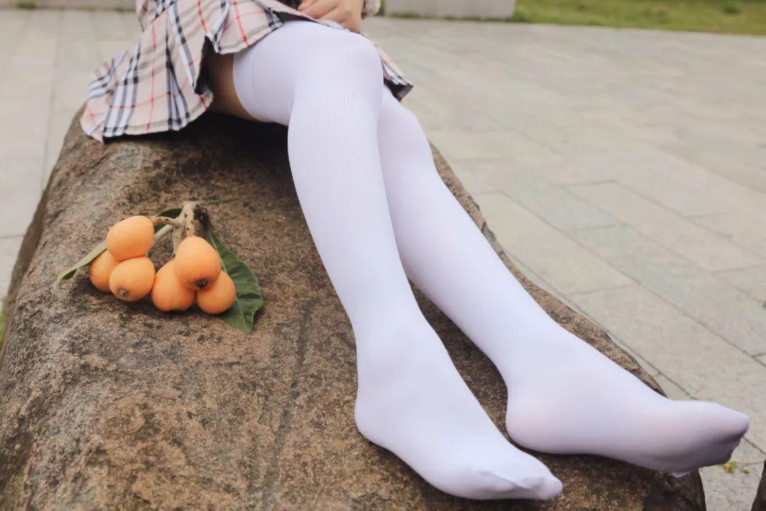 妹子摄影 – 白丝JK短裙少女与一串枇杷的故事_图片 No.13
