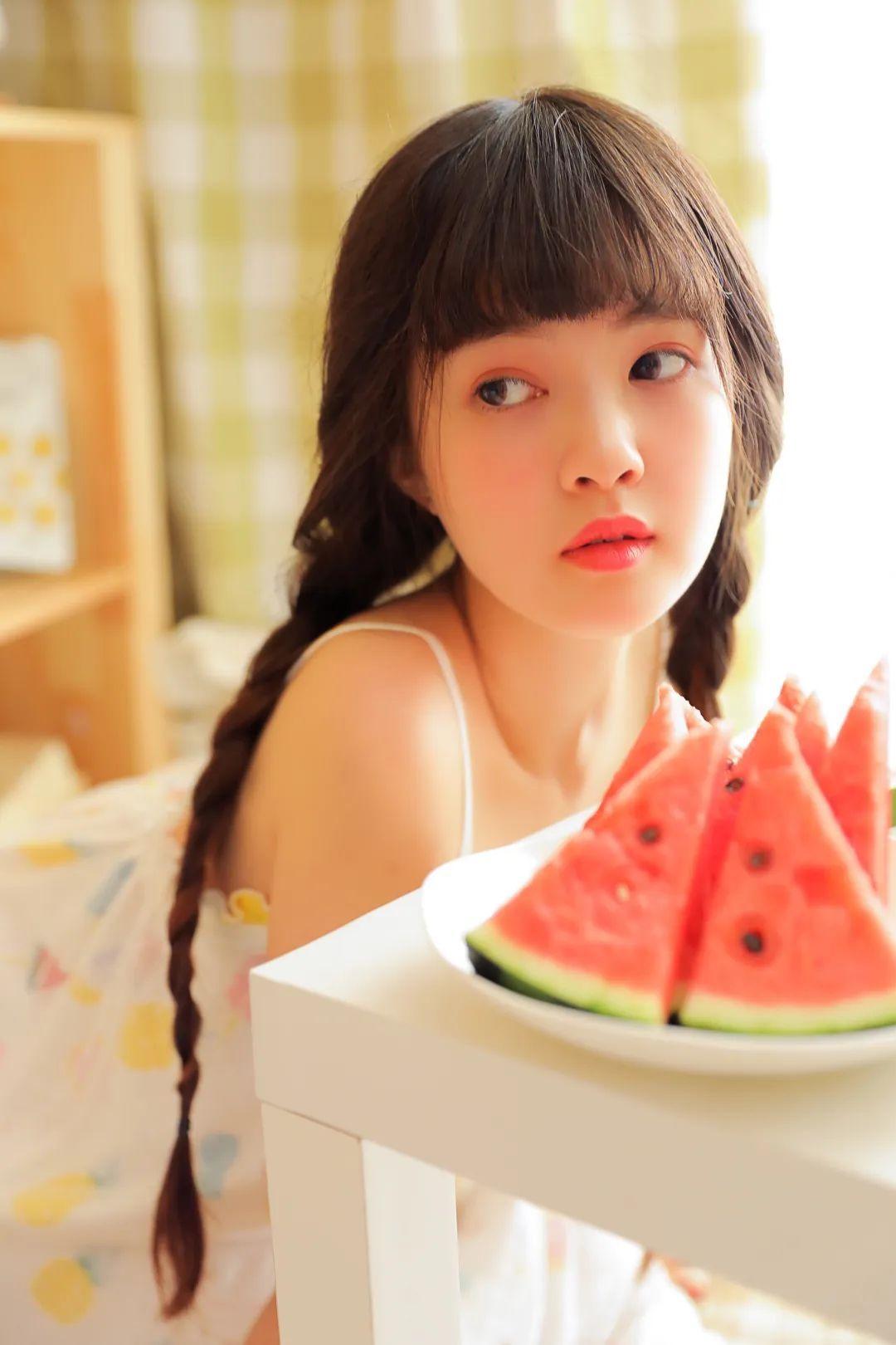 妹子摄影 – 甜美连衣裙双马尾少女吃西瓜_图片 No.2
