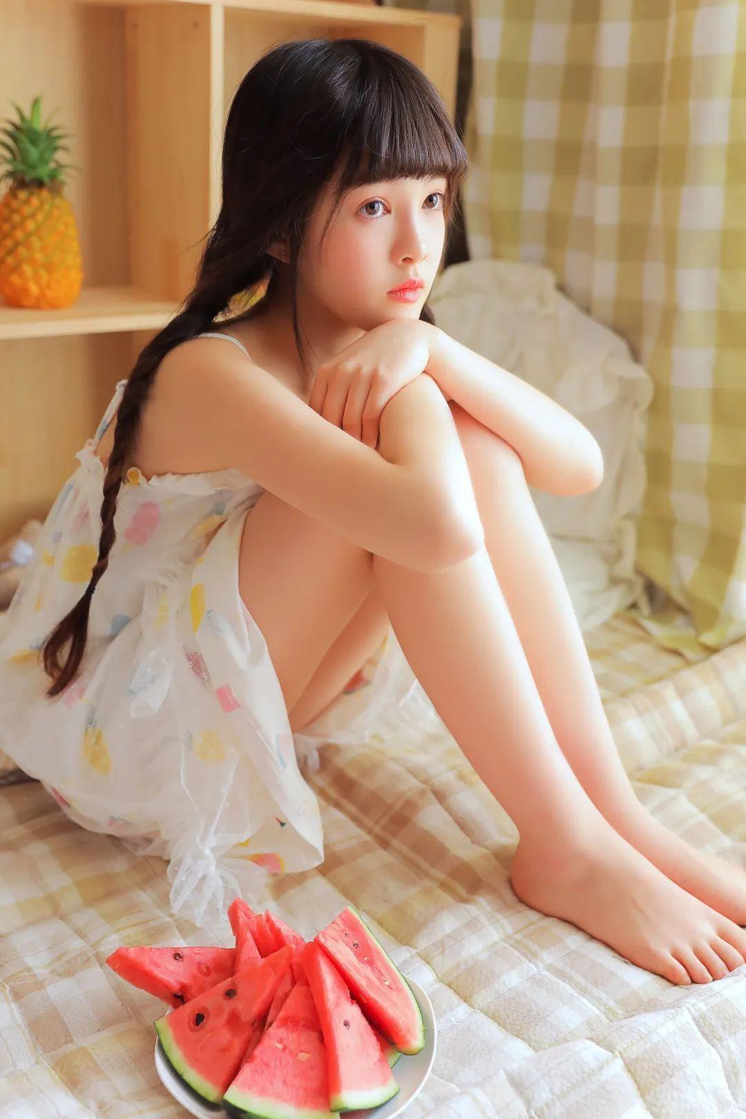 妹子摄影 – 甜美连衣裙双马尾少女吃西瓜_图片 No.6
