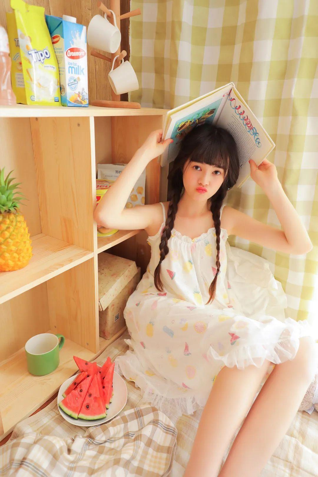 妹子摄影 – 甜美连衣裙双马尾少女吃西瓜_图片 No.7
