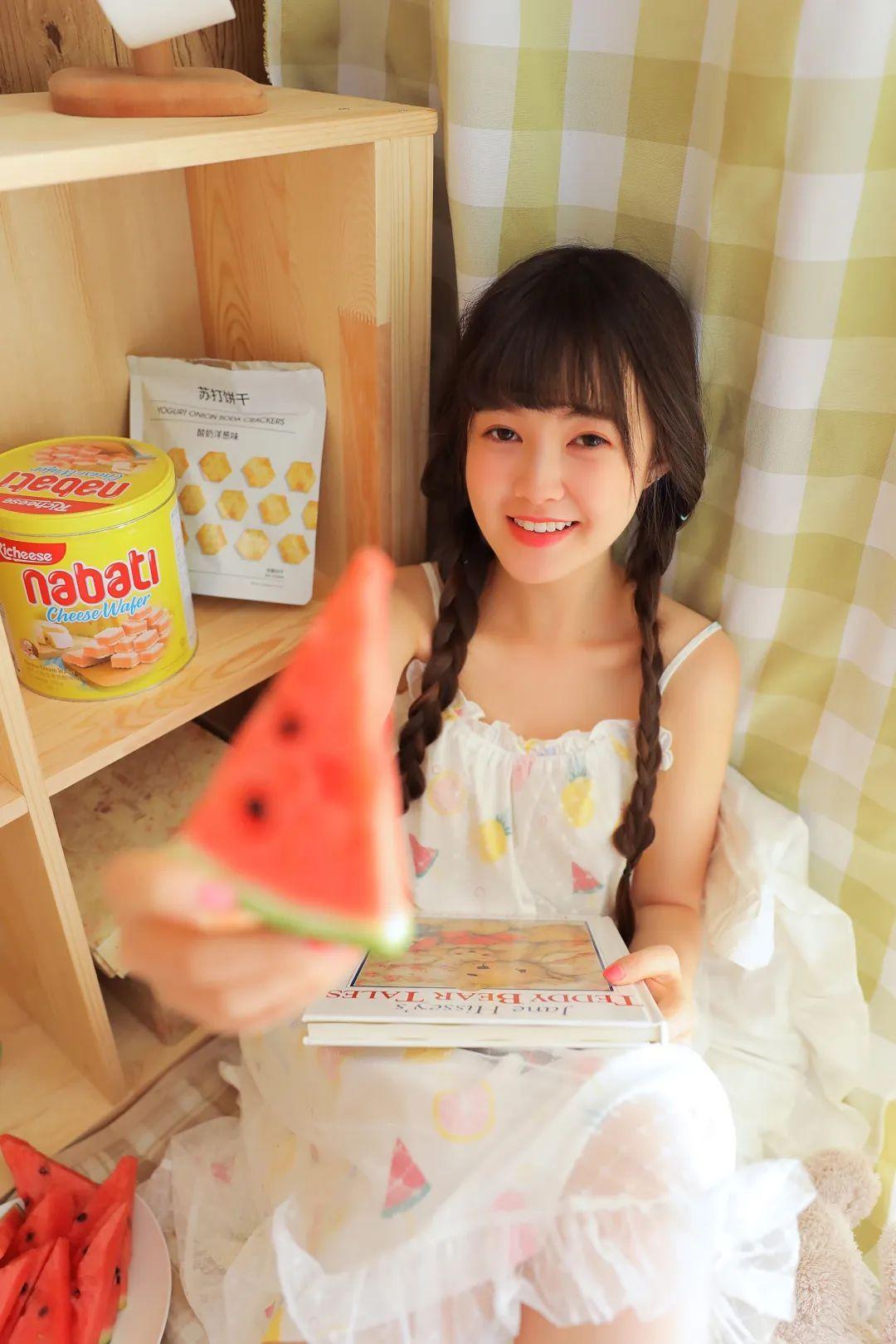 妹子摄影 – 甜美连衣裙双马尾少女吃西瓜_图片 No.8