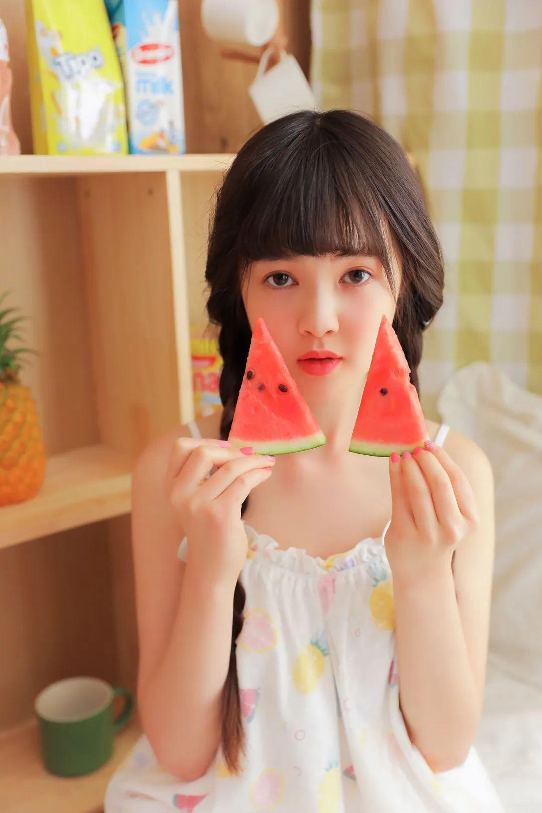 妹子摄影 – 甜美连衣裙双马尾少女吃西瓜_图片 No.10