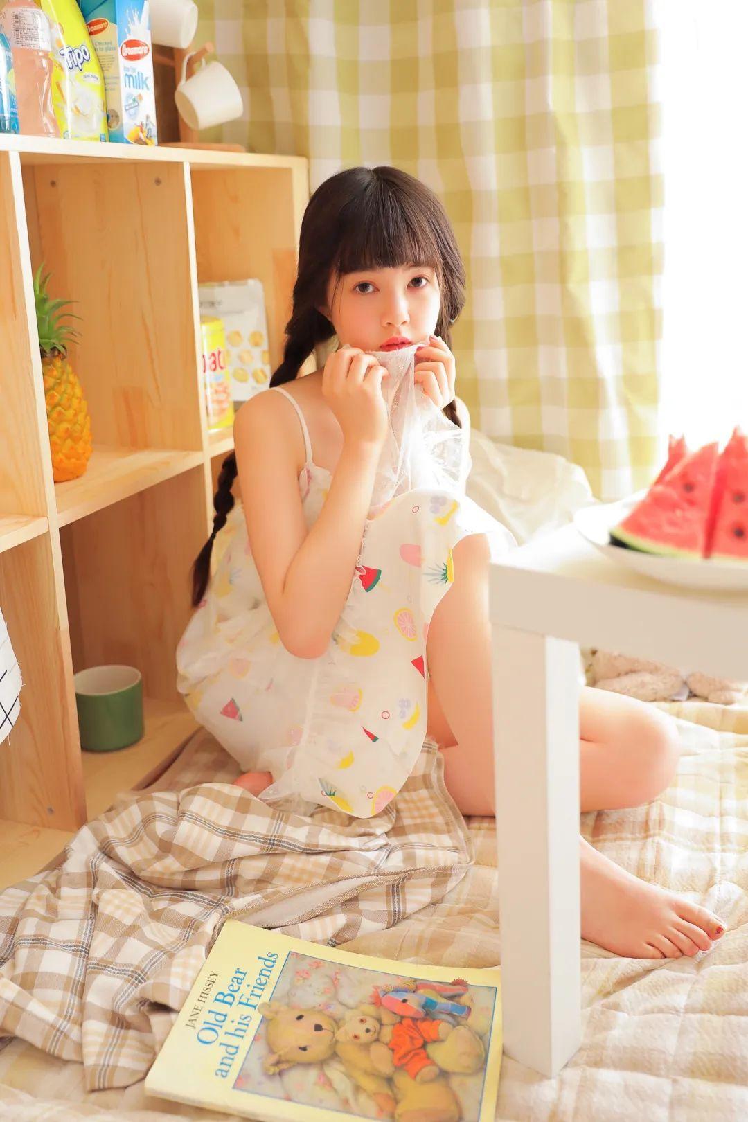 妹子摄影 – 甜美连衣裙双马尾少女吃西瓜_图片 No.12