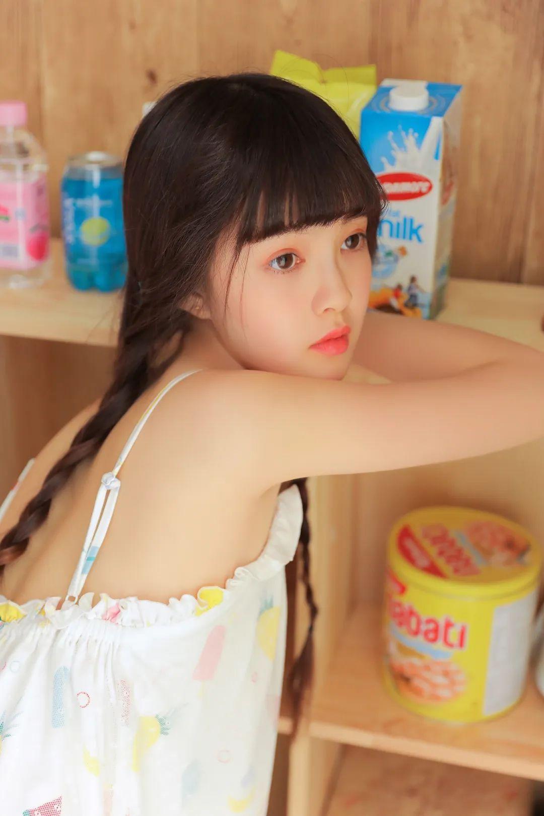 妹子摄影 – 甜美连衣裙双马尾少女吃西瓜_图片 No.13