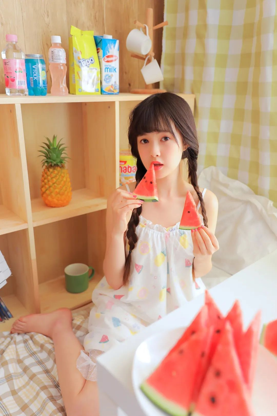 妹子摄影 – 甜美连衣裙双马尾少女吃西瓜_图片 No.15