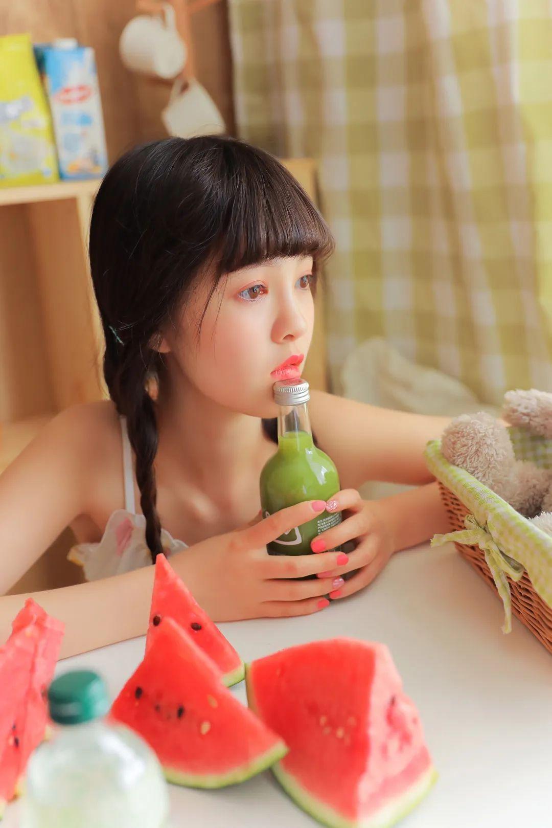 妹子摄影 – 甜美连衣裙双马尾少女吃西瓜_图片 No.18