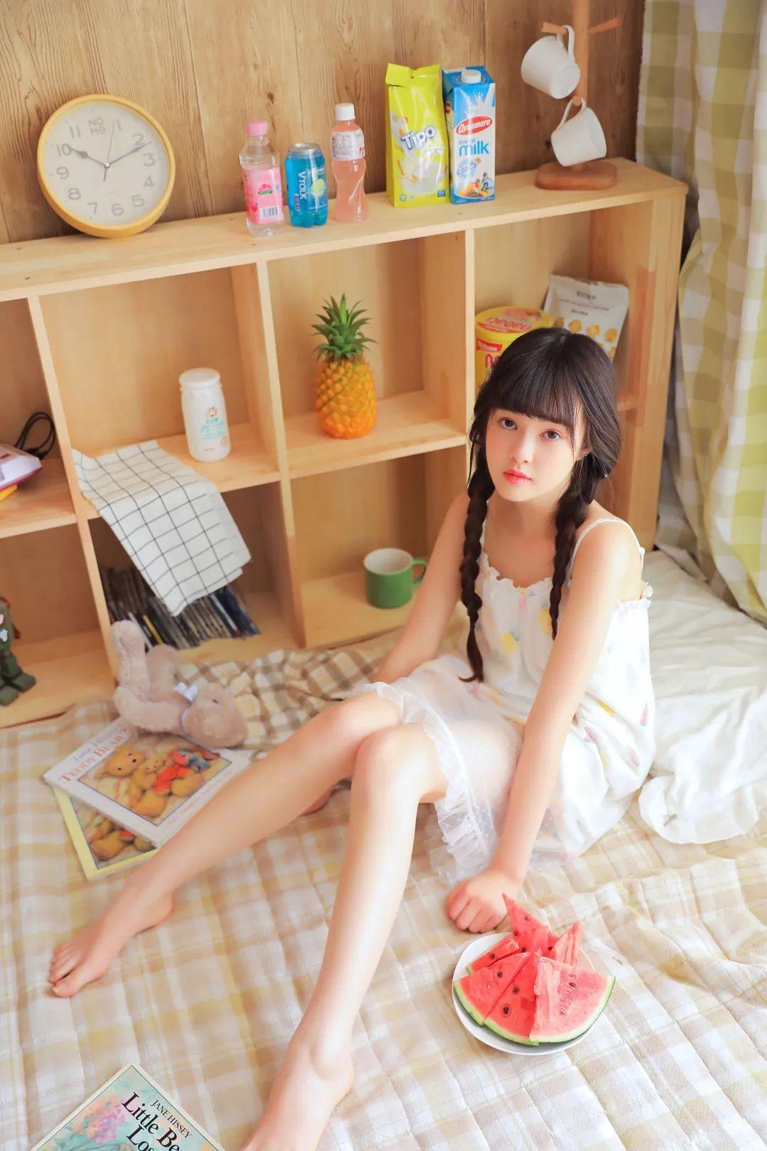 妹子摄影 – 甜美连衣裙双马尾少女吃西瓜_图片 No.19
