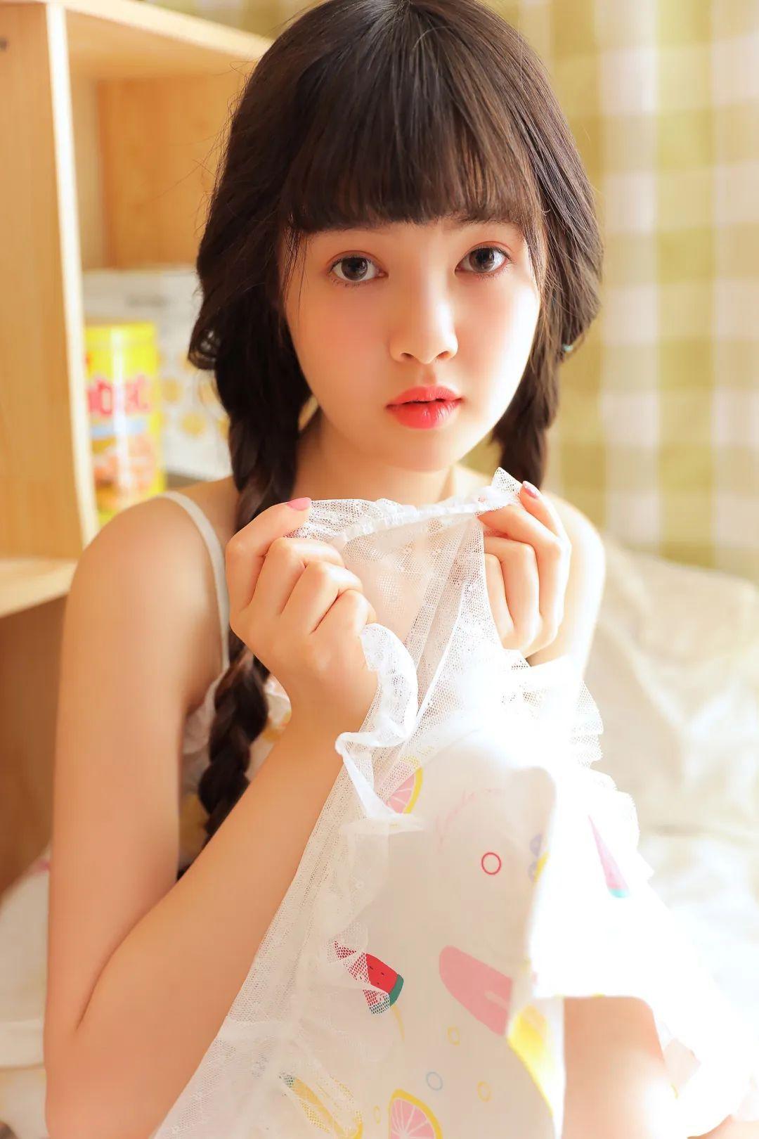 妹子摄影 – 甜美连衣裙双马尾少女吃西瓜_图片 No.20