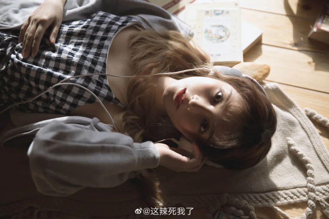 妹子摄影 – 爱学习的邻家女孩,卫衣搭配格子连衣裙_图片 No.2