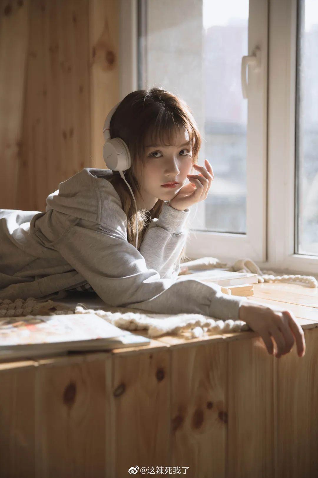 妹子摄影 – 爱学习的邻家女孩,卫衣搭配格子连衣裙_图片 No.3