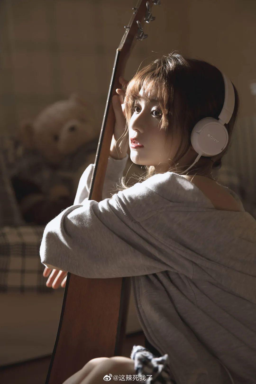 妹子摄影 – 爱学习的邻家女孩,卫衣搭配格子连衣裙_图片 No.5