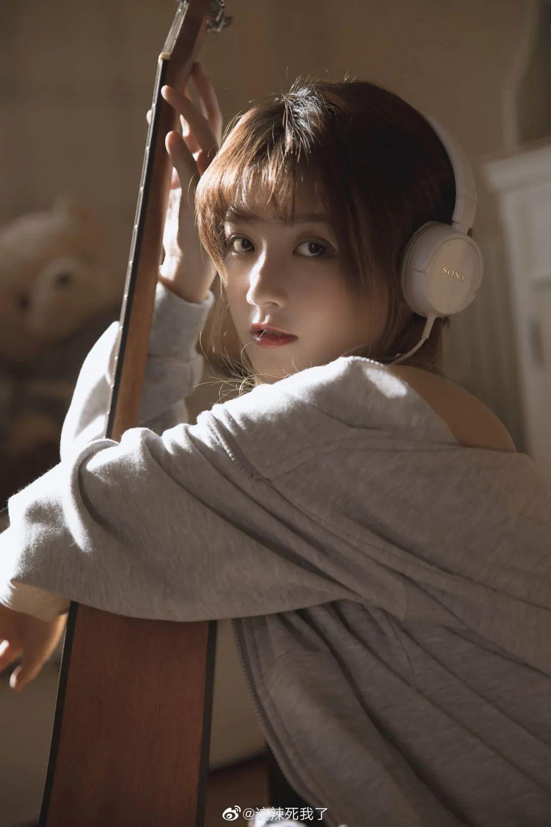 妹子摄影 – 爱学习的邻家女孩,卫衣搭配格子连衣裙_图片 No.7