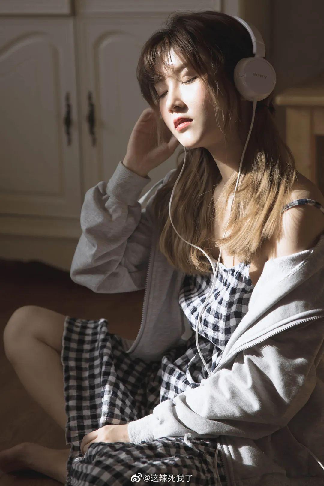 妹子摄影 – 爱学习的邻家女孩,卫衣搭配格子连衣裙_图片 No.8